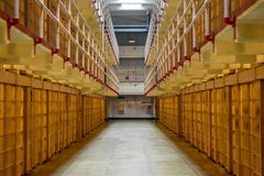 À l'intérieur du quartier cellulaire vide d'Alcatraz photos stock