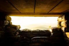 À l'intérieur du soldat de soute pour le tireur isolé sur la montagne photos stock