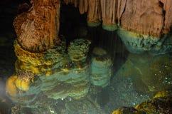 À l'intérieur du souterrain de cavernes de Luray Caverns en vallée de Virigina Shenendoah C'est le puits de souhait images libres de droits