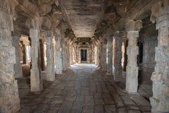 À l'intérieur du temple ruineux d'abandone sur la roche de Dindigul Photo libre de droits
