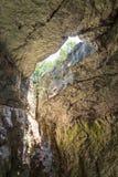 À l'intérieur du witn de caverne un trou dans le toit Bulgarie, Devetashka Ca Photographie stock libre de droits