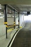 À l'intérieur stationnement souterrain neuf Photographie stock