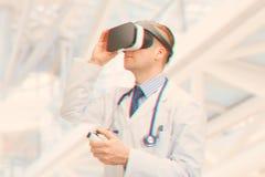 A à l'intérieur tiré du docteur masculin employant des verres de VR Image filtrée : effet de vintage traité par croix image libre de droits