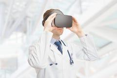 A à l'intérieur tiré du docteur masculin examinant des verres de VR photographie stock