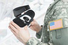 A à l'intérieur tiré du soldat américain tenant des verres de VR photographie stock libre de droits