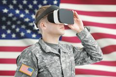 A à l'intérieur tiré du soldat des Etats-Unis portant des lunettes de VR avec le drapeau américain sur le fond photos libres de droits