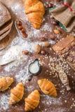 À la boulangerie, toujours à la vie avec de mini croissants, au pain, au lait, aux écrous et à la farine Photo libre de droits