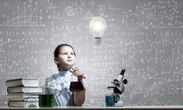 À la leçon de chimie Photographie stock