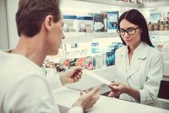 À la pharmacie photos libres de droits