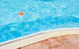 À la piscine Photos libres de droits