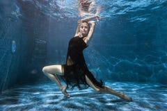 À la piscine inférieure, une femme danse sous l'eau image libre de droits