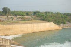 À la porte de manière de flaque du barrage de PA Sak Cholasit AUCUN 4 images stock