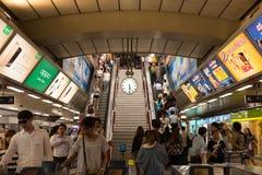 À la station de train du Siam avec les personnes occupées dans le mouvement mobile Photos libres de droits