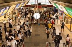 À la station de train du Siam avec les personnes occupées dans le mouvement mobile Photographie stock libre de droits