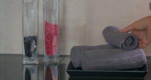 À la table dans l'hôtel sont les serviettes embobinées banque de vidéos