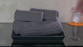 À la table dans l'hôtel sont les serviettes embobinées clips vidéos