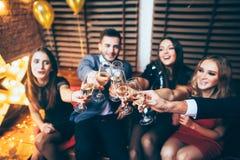À la votre ! Amis avec des verres de champagne pendant le celebrati de partie Photographie stock