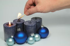 À luz - velas azuis Fotografia de Stock Royalty Free