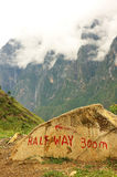 À mi-chemin de l'alpinisme de neige de Haba Images libres de droits