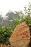 À mi-chemin de l'alpinisme de neige de Haba Photo libre de droits
