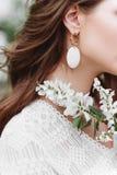 À moda, incomum, brinco na orelha da menina fotografia de stock