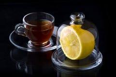 À moitié un citron dans un vase en verre image libre de droits