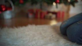 À Noël, une belle fille a trouvé un cadeau sous l'arbre Concept : magie, Noël, cadeau, vacances banque de vidéos
