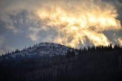 à peine montagne de maison de plan de cheminée au-dessus du soleil de configuration visible Photos libres de droits