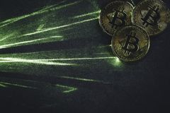 À rayon laser vert et bitcoins photographie stock libre de droits