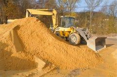 À sable jaune et machines sur le chantier de construction Photographie stock