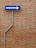 À sens unique signez plus d'un mur de briques Image stock