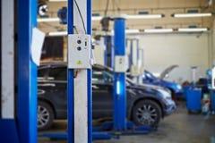 À télécommande de l'ascenseur électrique dans le service d'entretien automobile Images libres de droits