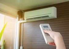 À télécommande de prise de main dirigé sur le climatiseur Photos libres de droits