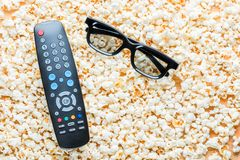 À télécommande du mensonge en verre TV et 3D Photos libres de droits