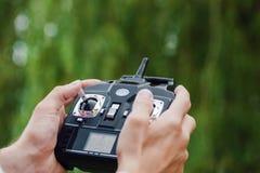 À télécommande pour le quadrocopter, plan rapproché Photo libre de droits