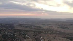 À trajectoire aérienne au-dessus de la belle vallée verte de montagne Coucher du soleil rouge stupéfiant avec des nuages clips vidéos