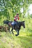 À travers champs Cavalier non identifié sur le cheval images stock