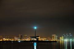 À travers la baie de la Mer Caspienne la nuit, montrant la lumière sur des roches et la vue du circuit de la formule 1 Photographie stock libre de droits