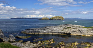 À travers la mer de Moyle vers l'île de moutons et l'île de Rathlin Photographie stock