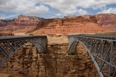 à travers la passerelle regardant le Navajo photographie stock libre de droits