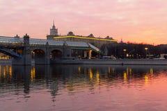 À travers la rivière de Moscou Photographie stock
