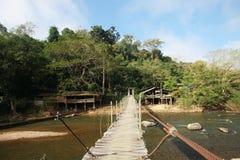 À travers la rivière de pont suspendu Images stock