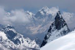 à travers la vallée éloignée de neige de montagnes de l'Himalaya Photo libre de droits