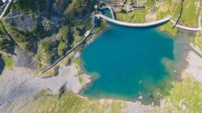À travers la vue aérienne de bourdon du petit et abaissez le lac Barbellino un lac artificiel alpin Alpes italiens l'Italie photographie stock libre de droits