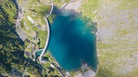 À travers la vue aérienne de bourdon du petit et abaissez le lac Barbellino un lac artificiel alpin Alpes italiens l'Italie photo libre de droits