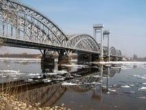 à travers le fleuve de neva de passerelle Photos libres de droits