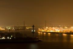 à travers le fleuve de nuit de passerelle Photographie stock
