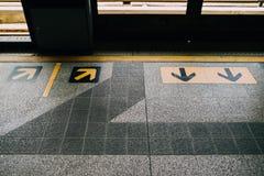 À travers le signal de flèche, le symbole dans le train Image stock