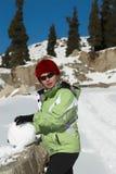 À un bonhomme de neige de construction Photos stock