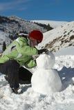 À un bonhomme de neige de construction Photo libre de droits
